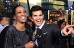 122977_access-hollywoods-shaun-robinson-and-taylor-lautner-share-a-laugh-on-the-twilight-saga-eclipse-black