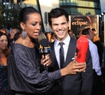 122980_access-hollywoods-shaun-robinson-breaks-out-an-eclipse-drink-canister-at-the-movies-premiere-in-fron