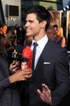122981_taylor-lautner-gets-to-grips-with-his-eclipse-drink-canister-at-the-films-premiere-la-june-24-2010